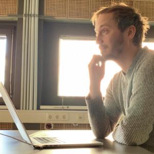 Ole Roloff überlegt sich hochwertige Webdesign-Lösungen